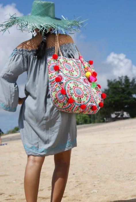 bolsa de lona estampada con pompones