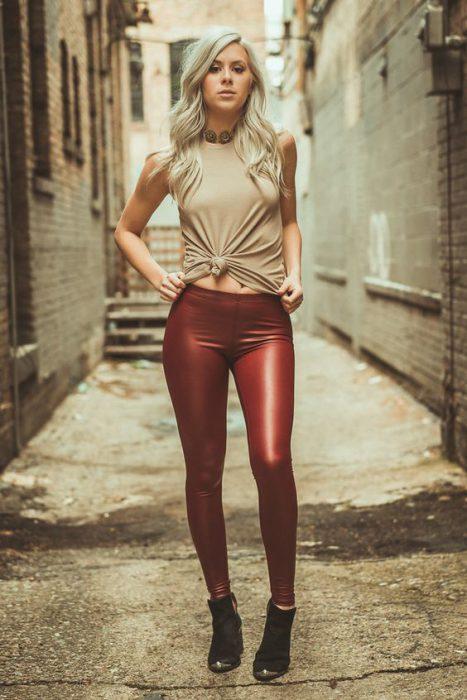 calza metalizada con remera anudada
