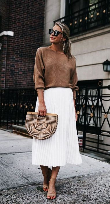 falda blanca midi plisada con sweater