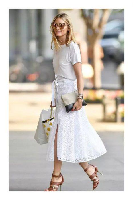 look casual con falda midi de guipure