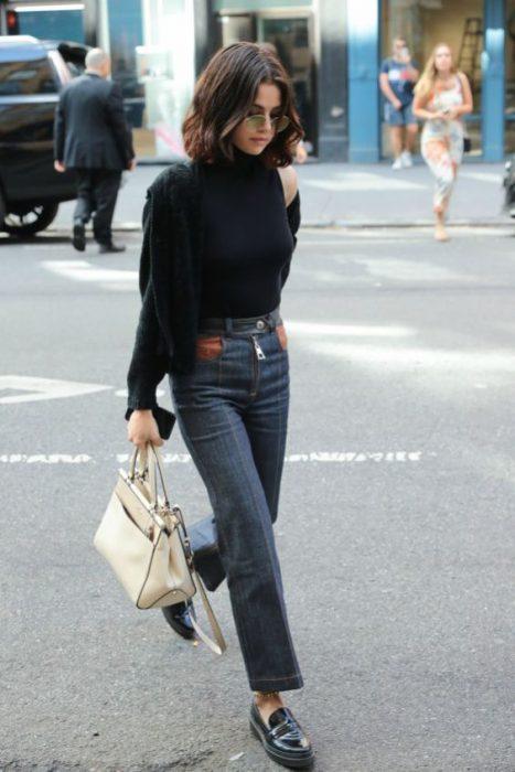 look con jeans de tiro alto y recto