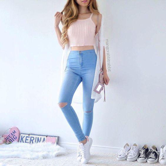 look juvenil y casual con jeans tiro alto y ajustado