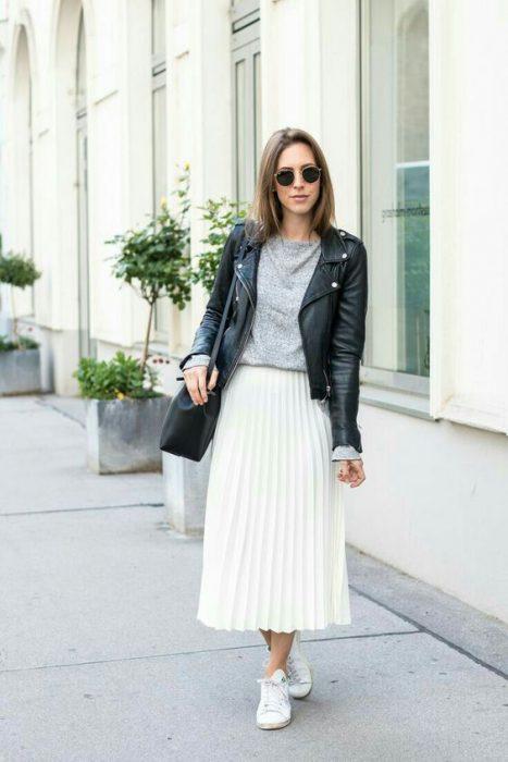 look rockero con falda midi blanca