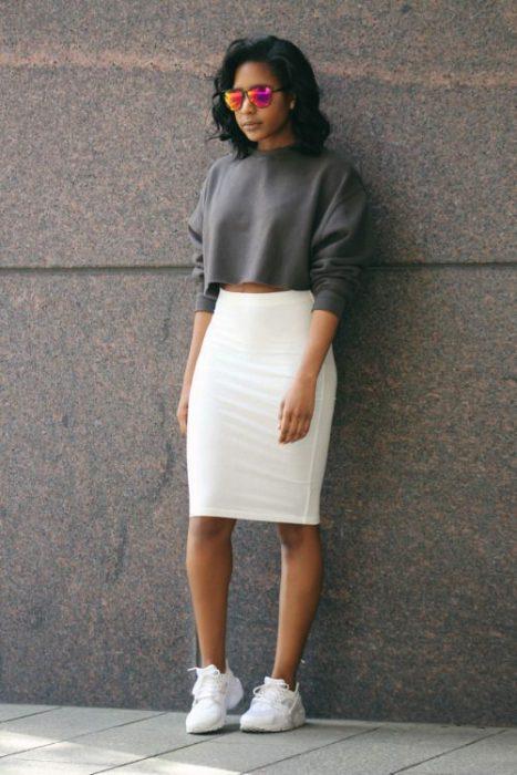 look sporty con falda tubo blanca