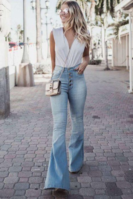 look urbano con pantalon jeans tiro alto oxford