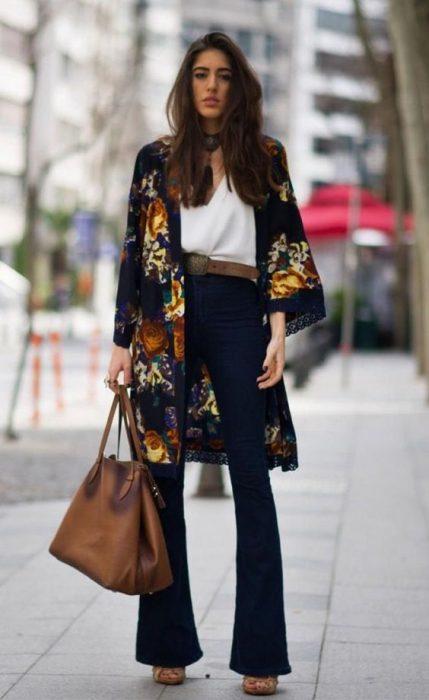 look urbano elegante con kimono de seda