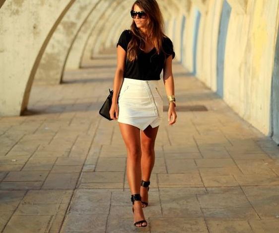 minifalda cuero blanca con cierre y top negro 1