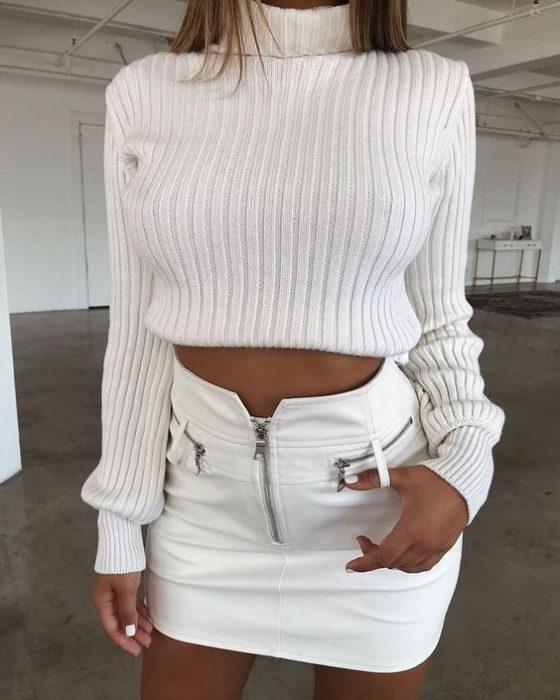 minifalda de cuero blanca con sweater