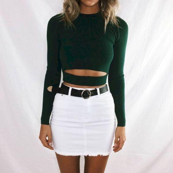 minifalda denim blanca con top negro mangas largas