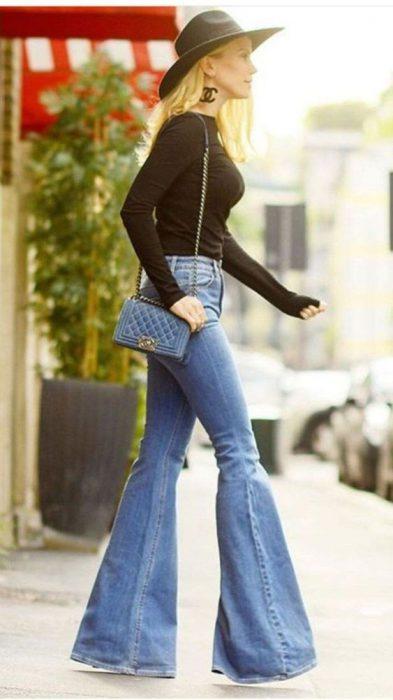 outfit con jeans acampanado tiro alto
