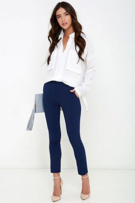 pantalon azul marino chupin y camisa blanca