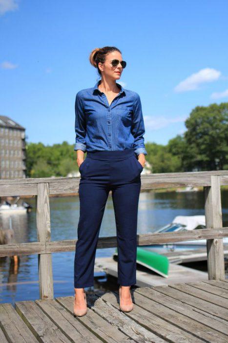 pantalon azul marino con camisa denim