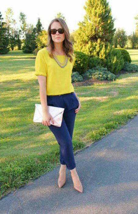 pantalon azul marino y blusa amarilla