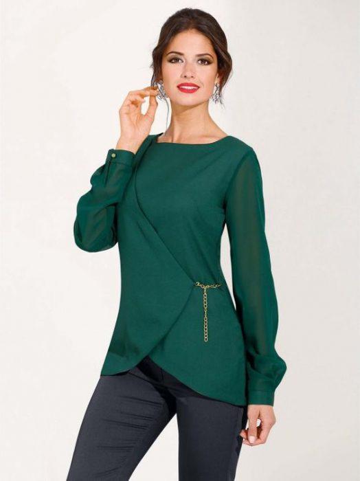 pantalon azul marino y blusa verde esmeralda