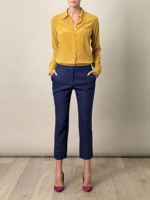 pantalon capri azul con camisa mostaza