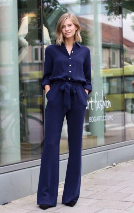 pantalon de vestir y camisa azul