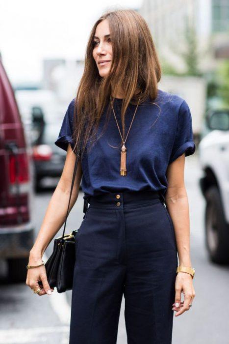 pantalon de vestir y remera azules 1