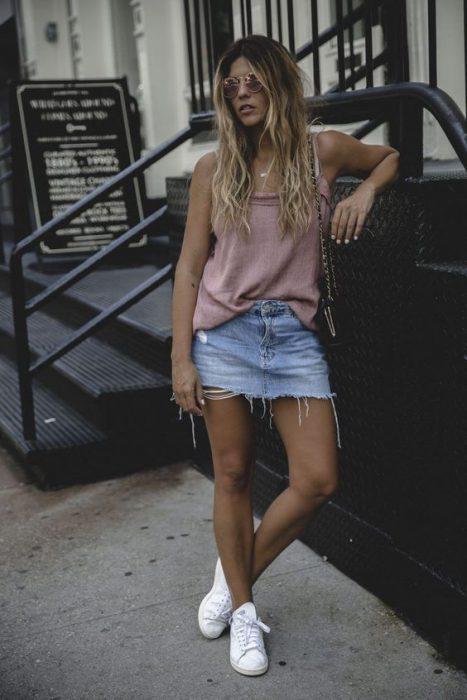 look informal con musculosa y minifalda desflecada 1