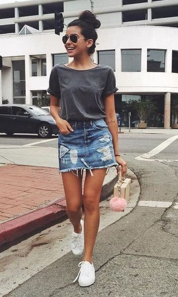 look informal con remera basica y minifalda jeans 1