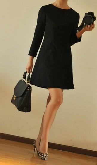 Vestido corto negro con stilettos leopardo