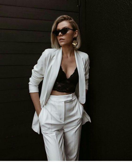 blazer blanco y top negro de encaje