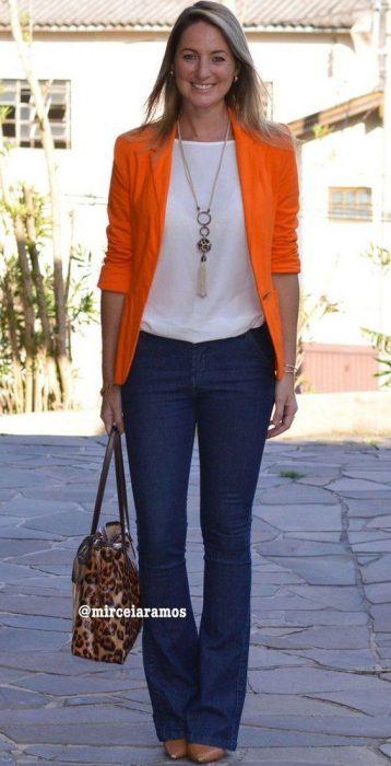 blazer color y jeans outfit juvenil para la oficina