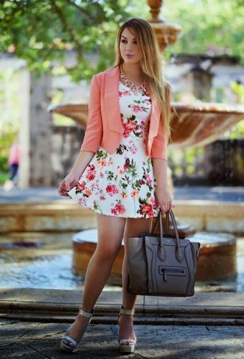 blazer corto con vestido estampado