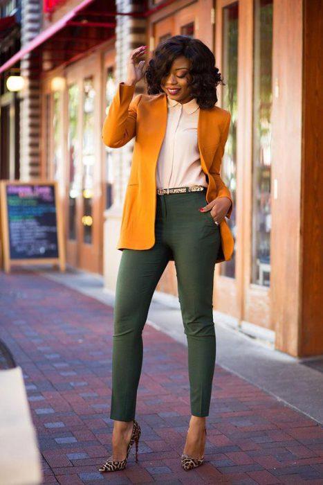 blazer mostaza y pantalon verde outfit juvenil para la oficina