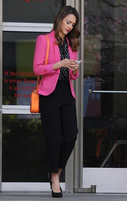 blazer rosa chicle pantalon negro outfit juvenil para la oficina