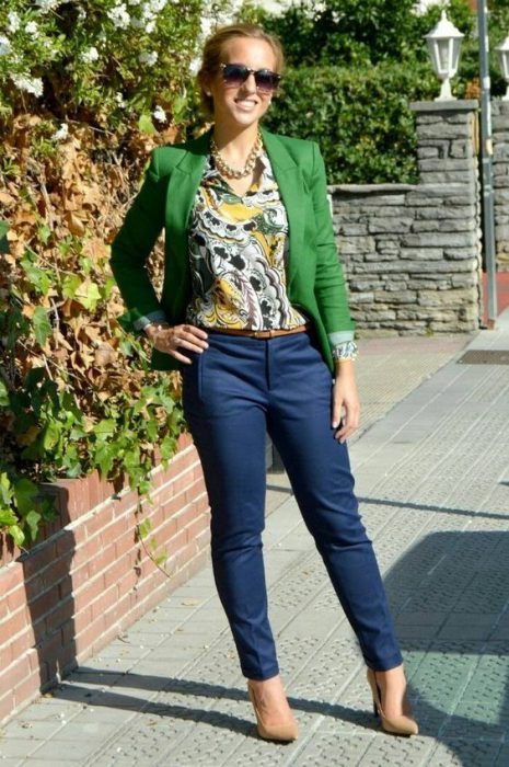 blazer verde pantalon azul outfit juvenil para la oficina