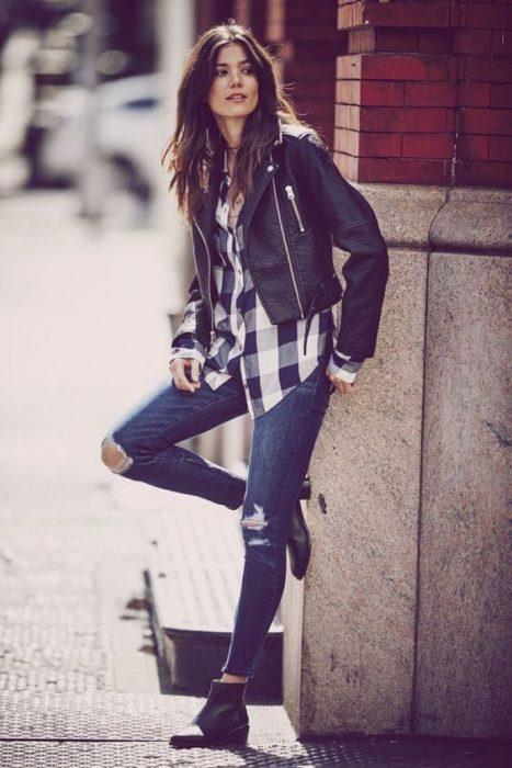 camisa a cuadros y jeans