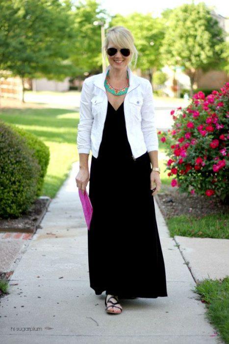 campera de jeans blanca con vestido look casual