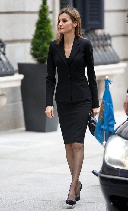 falda tubo y blazer negro