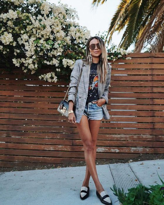 look con short de jeans y blazer a cuadros