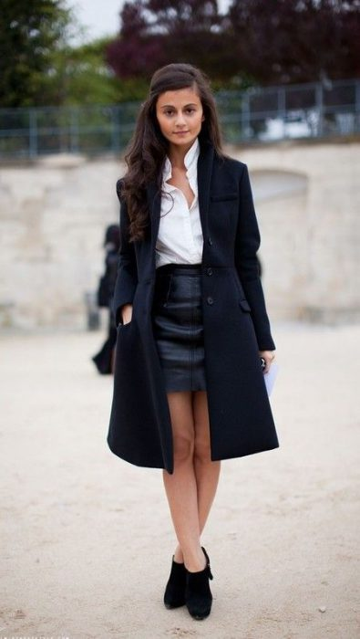look formal con tapado largo y minifalda