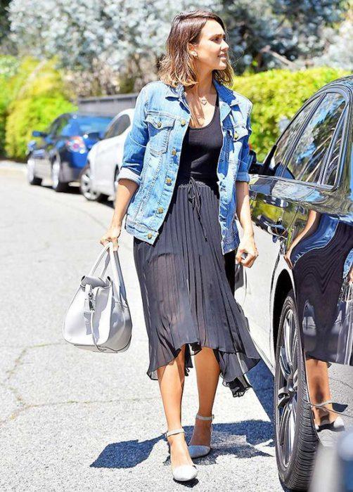 look urbano con chaqueta de jeans