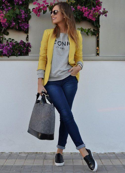 look urbano con jeans y blazer amarillo