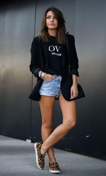 look urbano juvenil con short de jeans y blazer