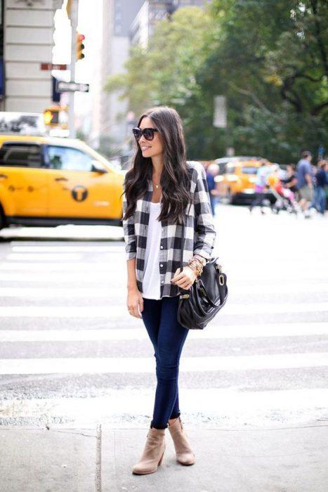 look urbano mujer con camisa a cuadros