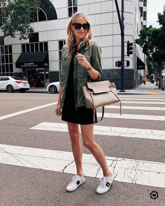look urbano vestido parka militar y zapatillas