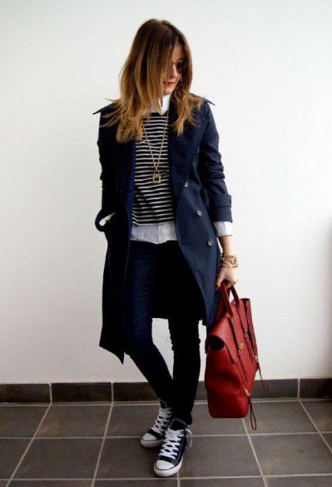 look urbano zapatillas y trench azul de gabardina