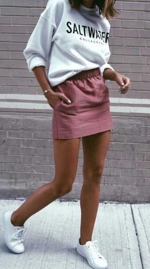 minifalda buzo y zapatillas look invierno