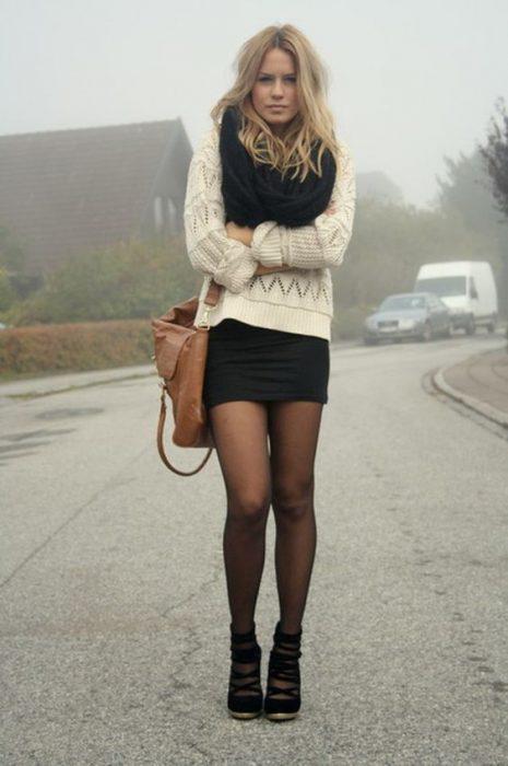 minifalda con sweater para cuando hace frio