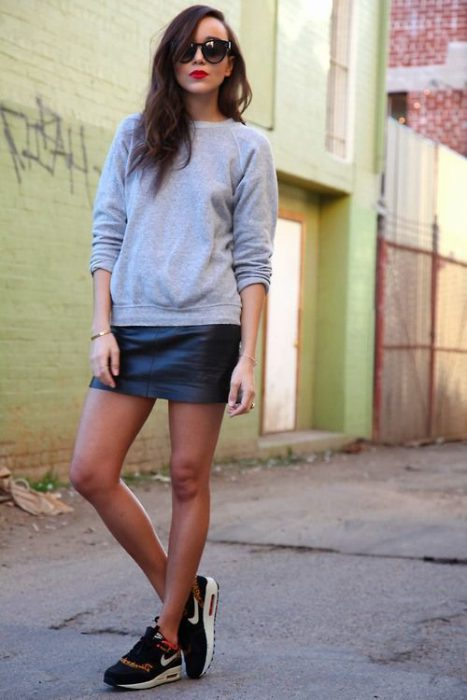 minifalda de cuero con zapatillas look urbano invierno