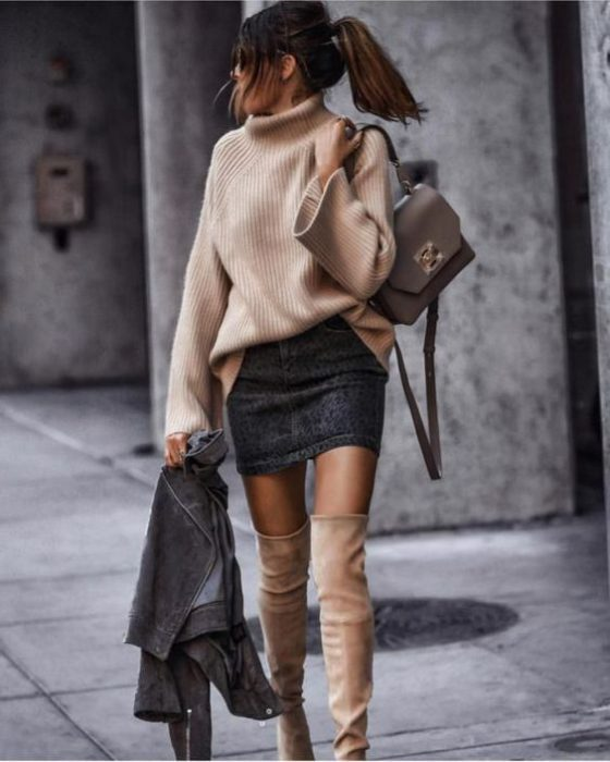 minifalda de jeans con botas largas