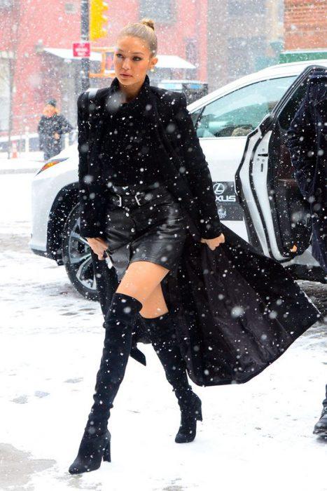 minifalta tapado largo y botas largas invierno
