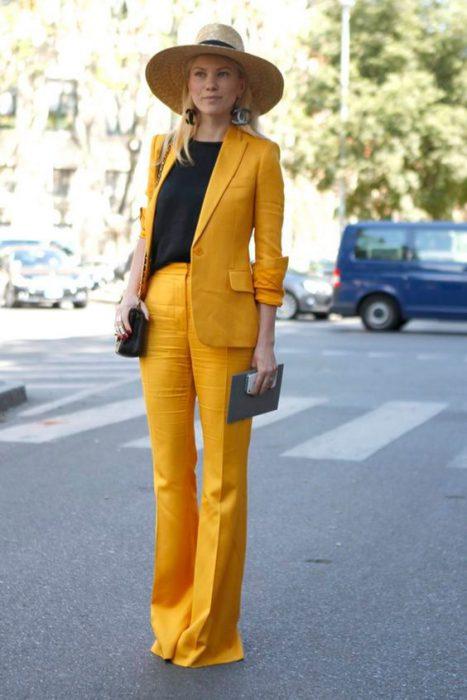 outfit elegante con traje amarillo mujer