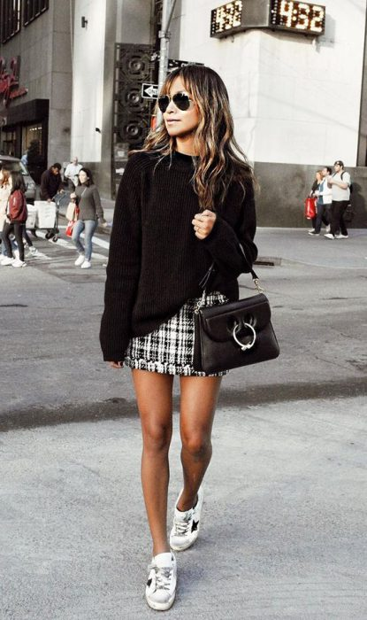 outfit urbano con minifalda y zapatillas invierno