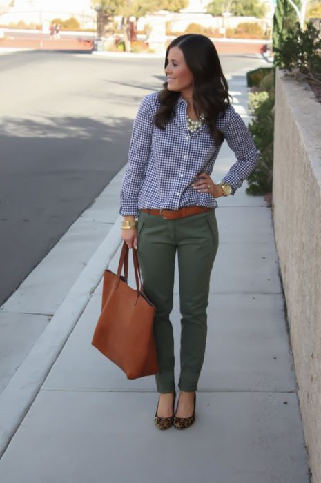 outfit urbano para ir al trabajo con camisa a cuadros