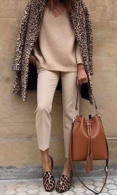 outfits beige con zapatos animal print